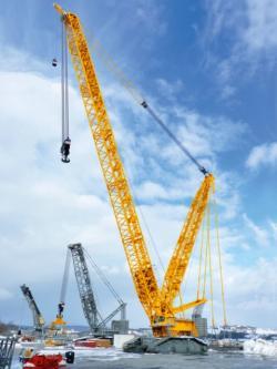 BAUMA 2013 – Liebherr a lansat in premiera macaraua cu brat zabrelit pe senile de 1.000 de tone