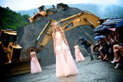 Out of the box: Utilajele de cariera, parte din decorul celui mai mare show de moda din Balcani