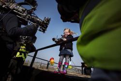 Sophie, o fetita de patru ani, testeaza un autocamion Volvo de 18 tone