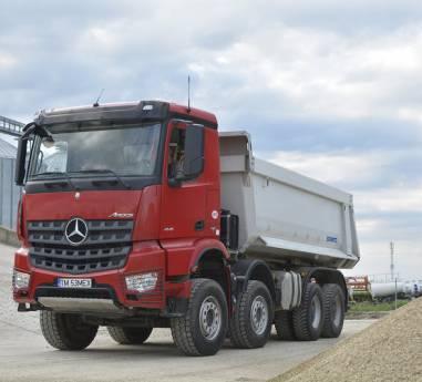 Mercedes-Benz Arocs folosit in scop multiplu la compania Maxagro Farm