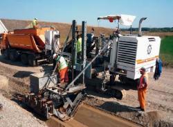 Finisorul WIRTGEN - SP 25  executa lucrari pe autostrada A3 Bucuresti - Ploiesti