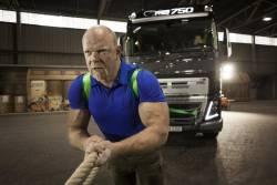 Volvo Trucks si cel mai puternic om din lume isi unesc fortele pentru o provocare extrema