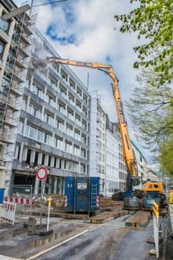 Demolare la etaje superioare cu excavatorul pe senile Liebherr R 960 Demolition